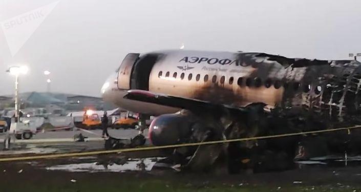 Le SSJ-100 d'Aeroflot après un atterrissage d'urgence et un incendie à l'aéroport de Moscou-Cheremetievo