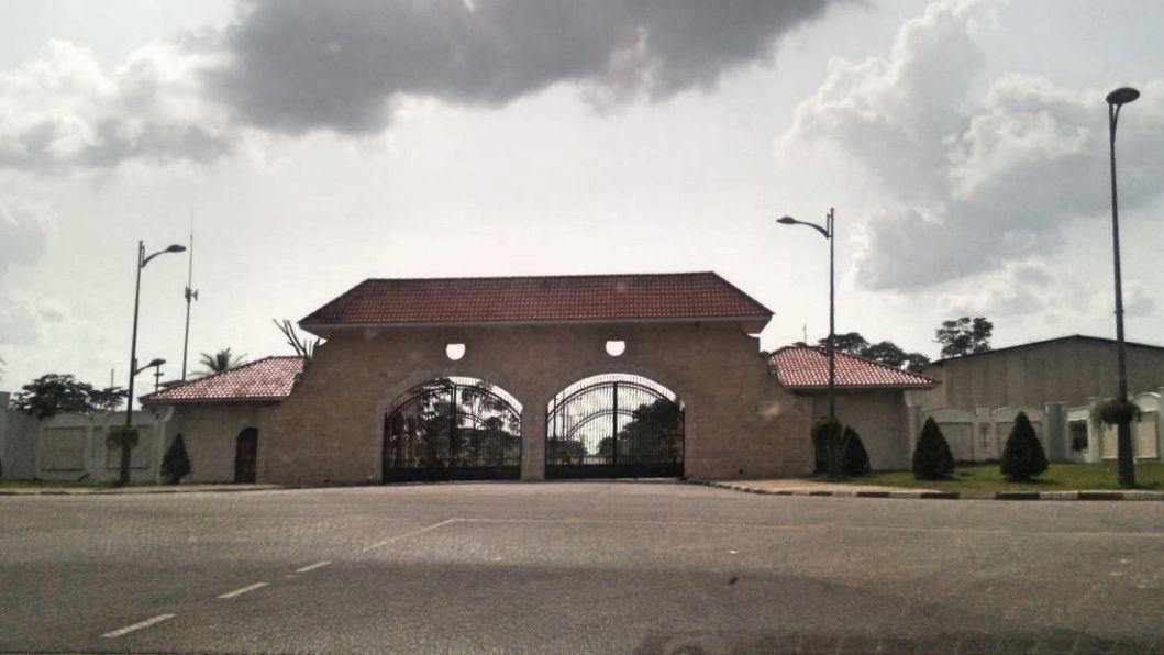 Entrée du palais Koete, résidence du Président Obiang Nguema à Mongomo.