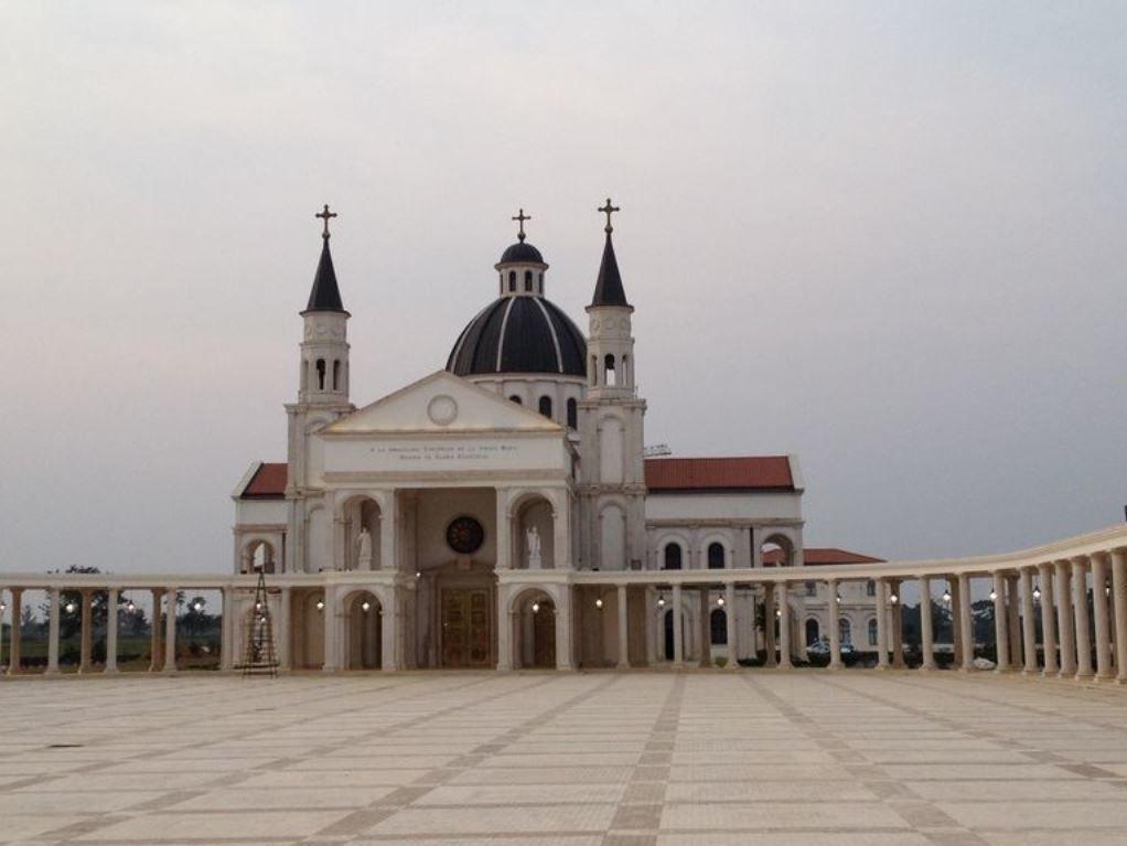 Basilique de l'«Immaculée Conception de la Vierge Marie» de Mongomo, vue de l'extérieur. Afrique.