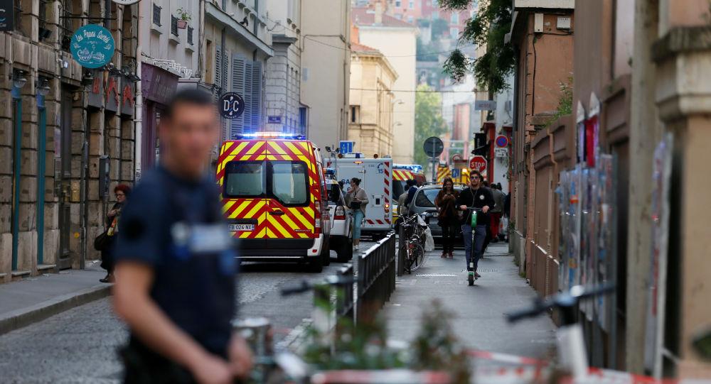 Des pompiers et des ambulances sur les lieux de l'explosion d'un colis piégé à Lyon (24 mai 2019)