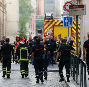 Des pompiers et des médecins près du lieu de l'explosion à Lyon (24 mai 2019)