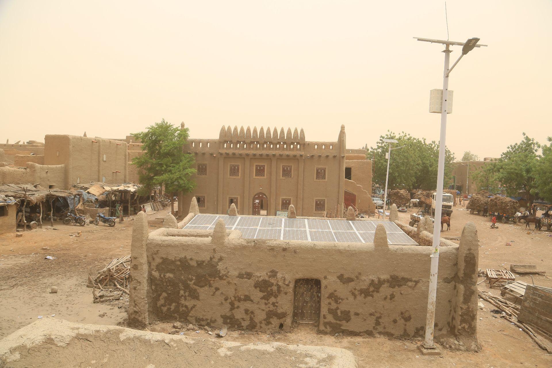 La Mosquée de Djenné, au Mali, et son nouveau système d'énergie solaire offert par l'Unesco et l'Espagne, le 28 avril 2019.