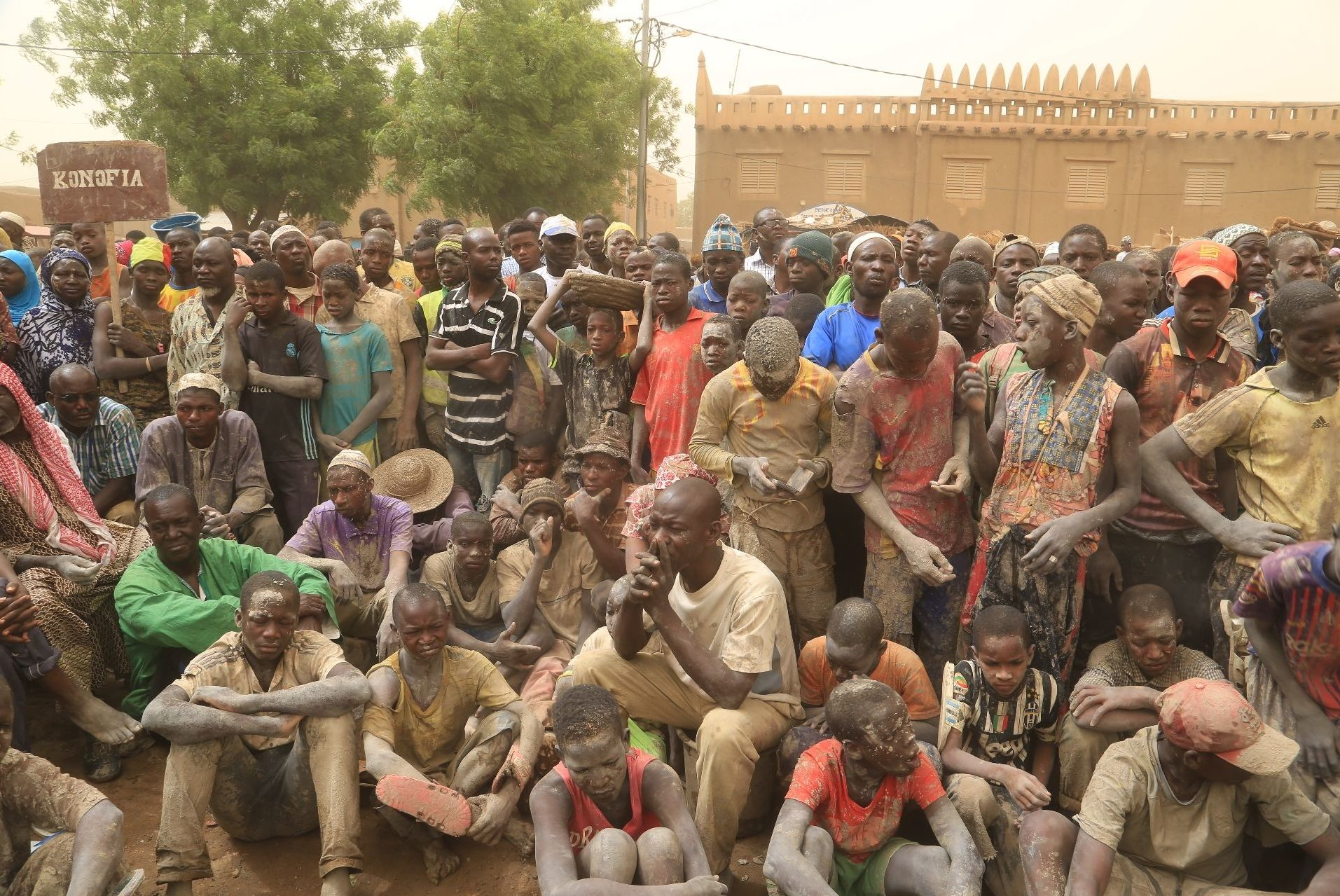Des habitants de Djenné, au Mali, après le crépissage de leur mosquée, le 28 avril 2019.