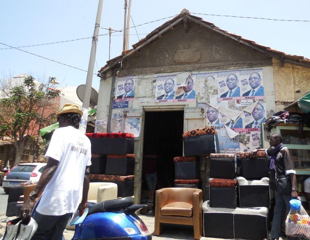 Des affiches de la campagne électorale de Macky Sall datant de février 2019 sont encore visibles dans certaines rues à Dakar le 3 juin 2019. © Coumba Sylla pour Sputnik