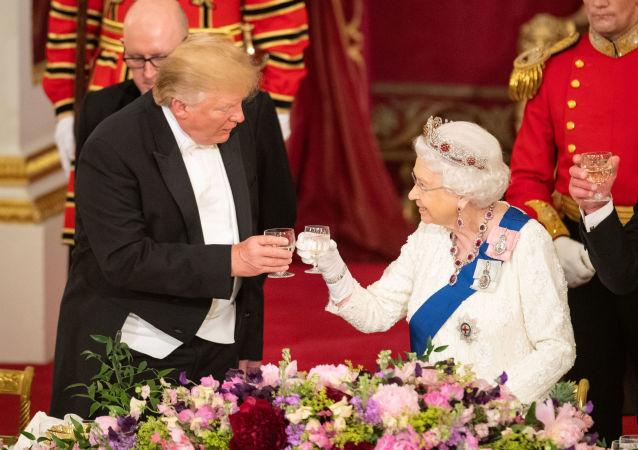 La réine Élisabeth II avec le Président Donald Trump
