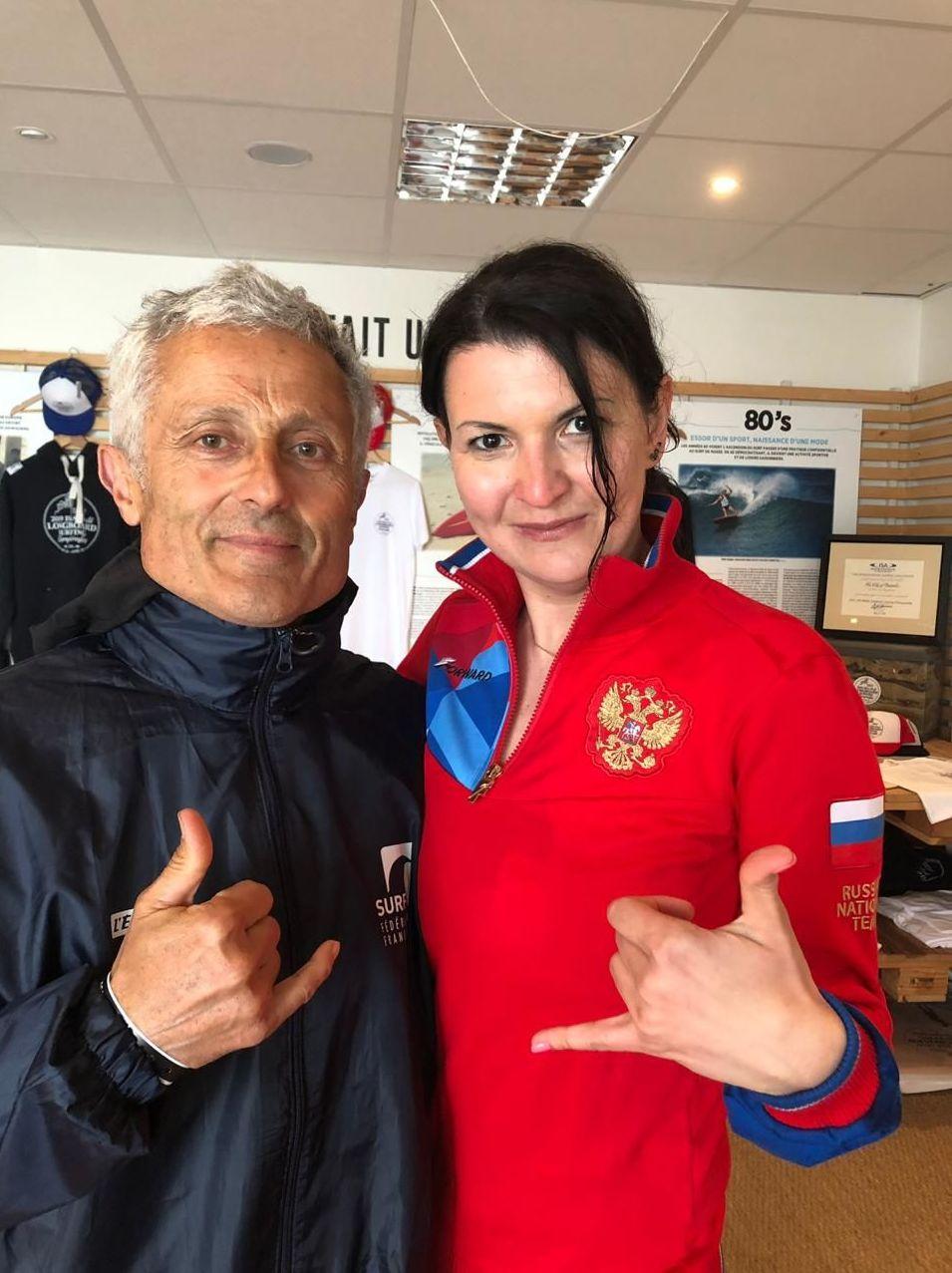 Tatiana Dudova et le président de la Fédération française de surf, Jean-Luc Arassus