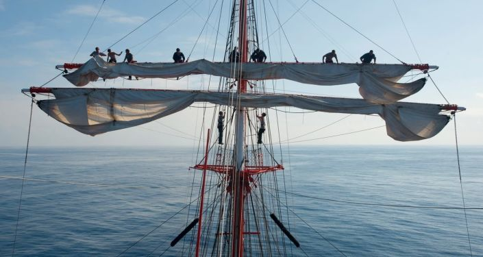 L'équipage range la voilure du quatre-mâts Sedov lors d'un tour du monde en 2012, au milieu de l'Atlantique