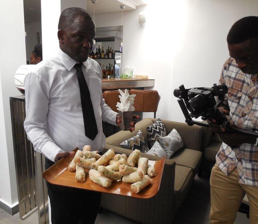 Serveur avec plateau de dégustation lors de la campagne AfroGourmands