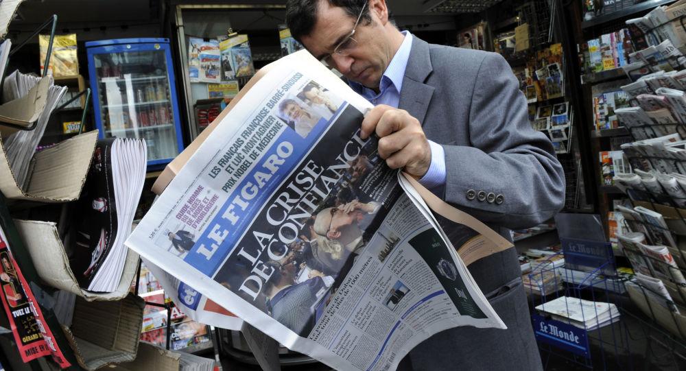 Un homme lisant Le Figaro