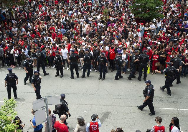 Des supporteurs rassemblés pour le défilé du championnat NBA des Raptors à Toronto, le 17 juin 2019