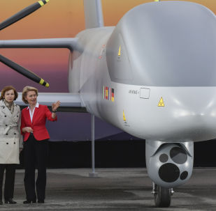 Ursula von der Leyen et Florence Parly près d'un drone MALE