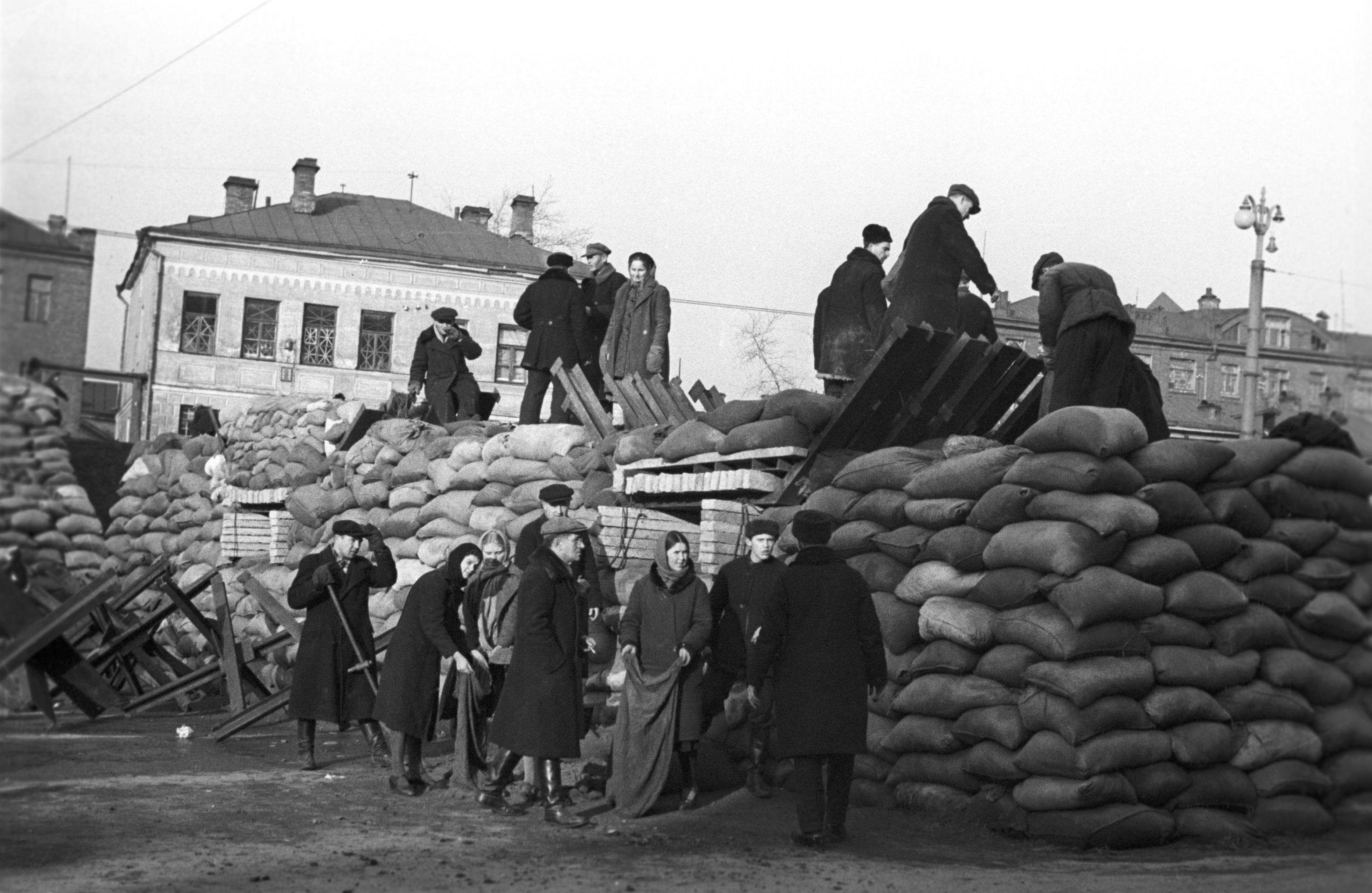 Des Moscovites érigent des barricades dans les rues de la ville