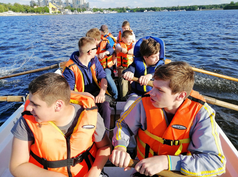 Les mousses de l'école sur un plan d'eau près de Moscou