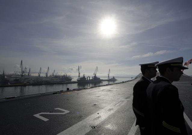 Deux soldats à bord du navire d'assaut amphibie polyvalent espagnol Juan Carlos I, archives