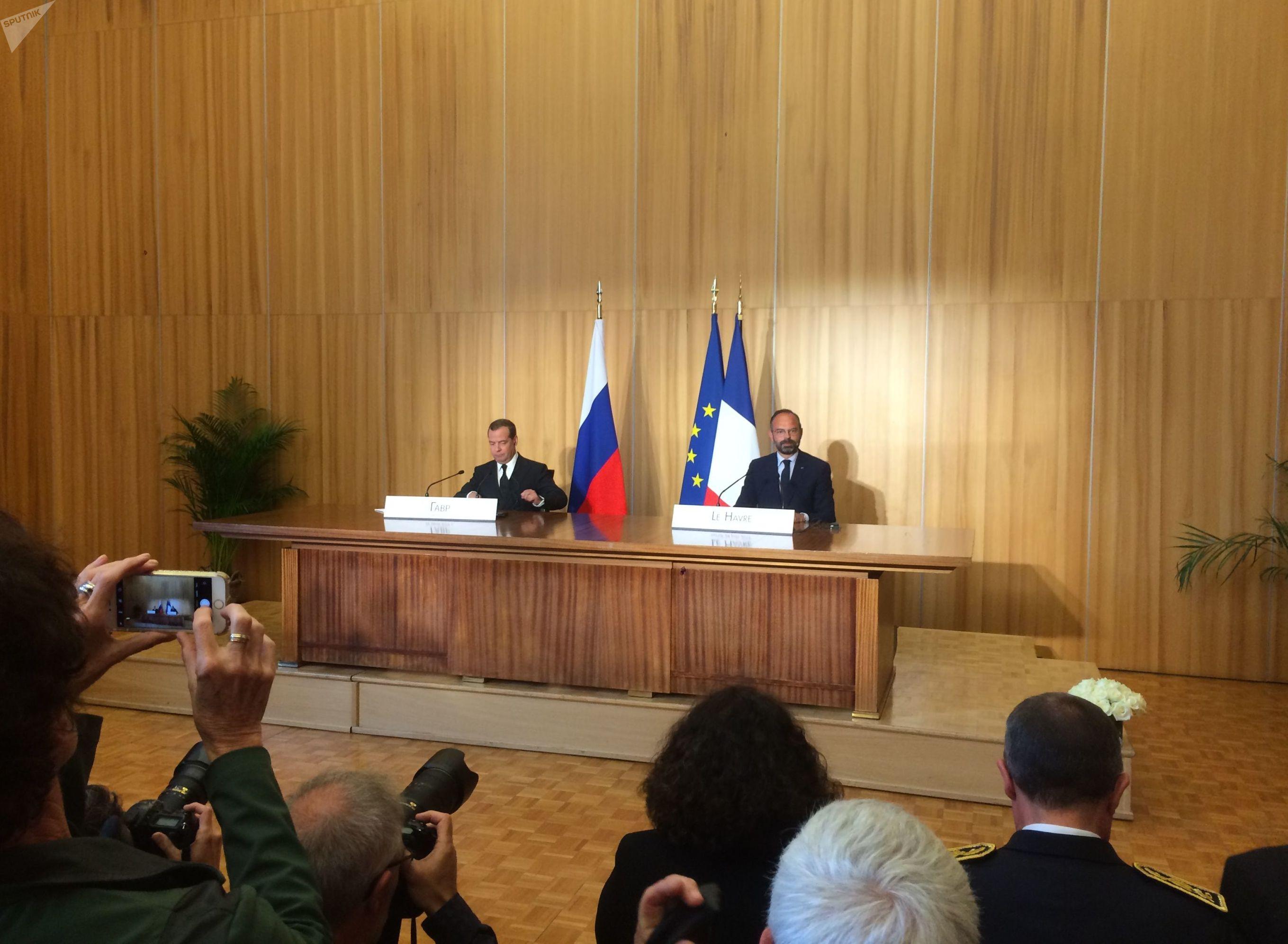 Édouard Philippe tient une conférence de presse avec Dmitri Medvedev au Havre