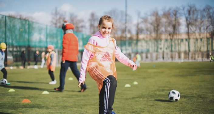 Fillette joue au foot - GirlPower Football Club