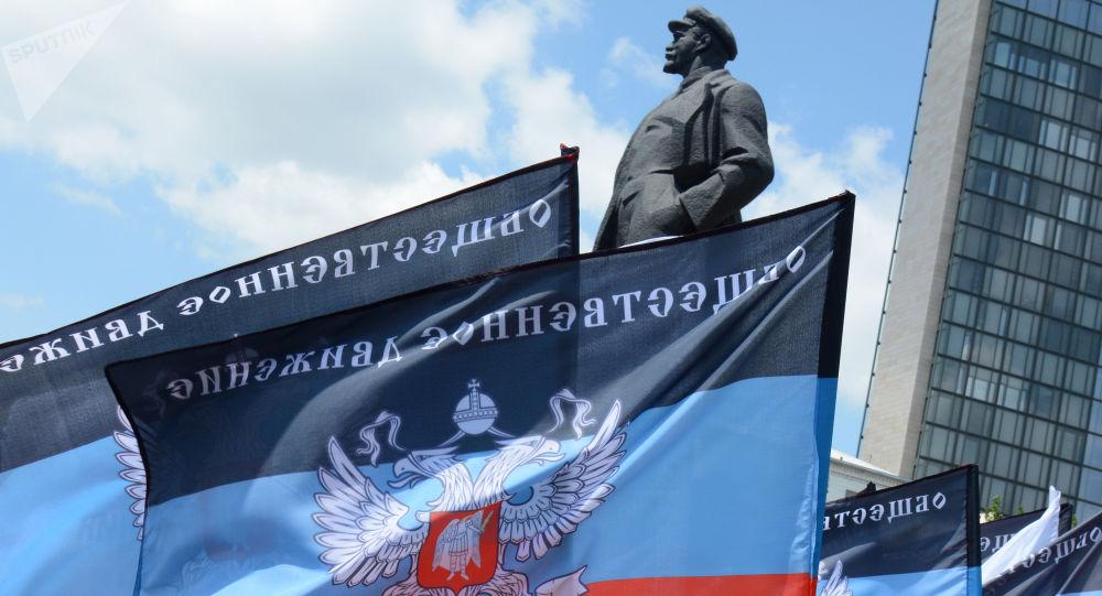 Les drapeaux de la République populaire autoproclamée de Donetsk