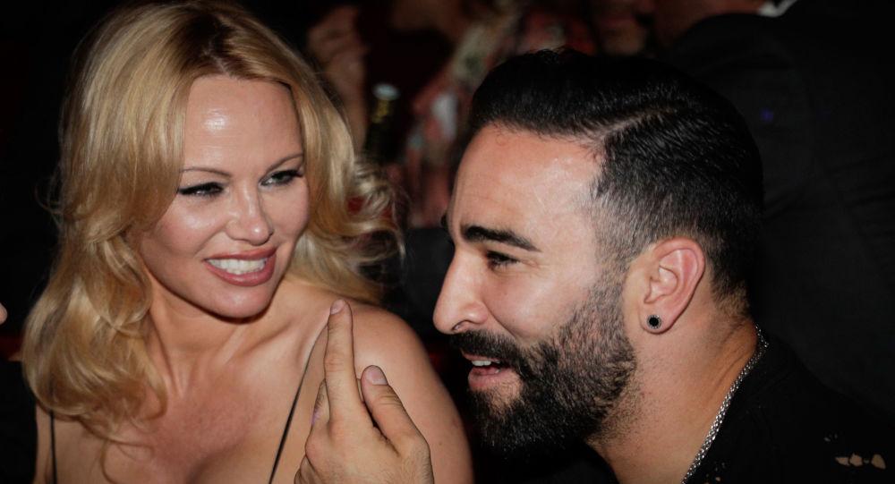 «Peut-être que j'ai un côté sombre», Pamela Anderson regrette d'avoir blâmé Adil Rami