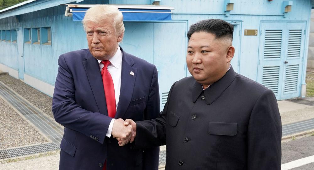 Rencontre historique: Donald Trump est entré à pied en Corée du Nord pour serrer la main à Kim Jong-un (images)
