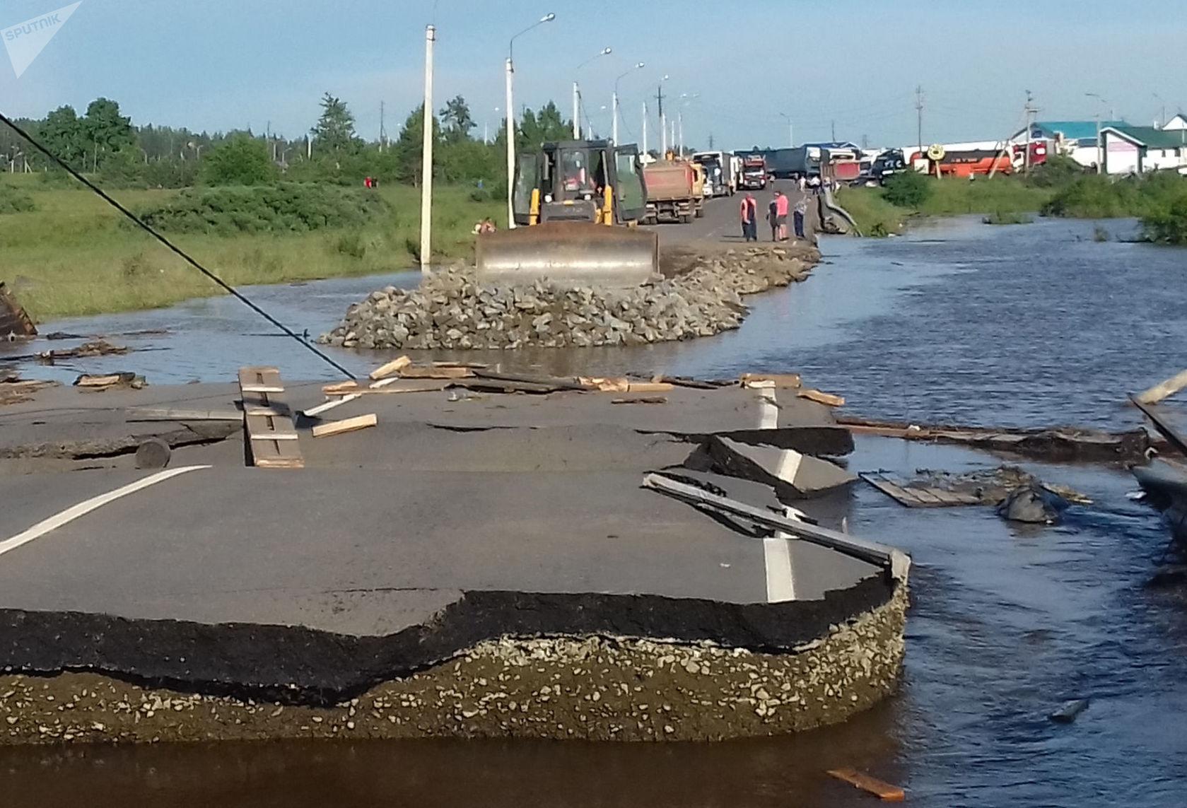 Une route détruite par l'inondation à Touloun, dans la région d'Irkoutsk (fin juin 2019)