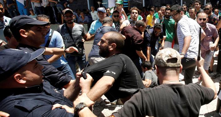 Confrontation entre la police et les manifestants à Alger, juin 2019. Image d'illustration