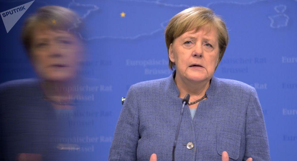 Vidéo - De nouveau prise de tremblements, Merkel tente de rassurer