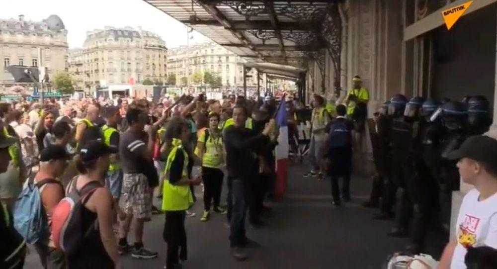 Des Gilets jaunes investissent la gare de Lyon à Paris - photos, vidéo