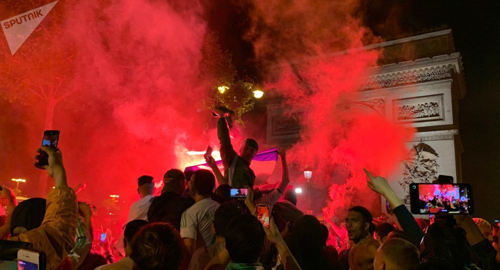 Des Algériens en liesse sur les Champs-Élysées pour fêter la qualification pour la finale de la CAN