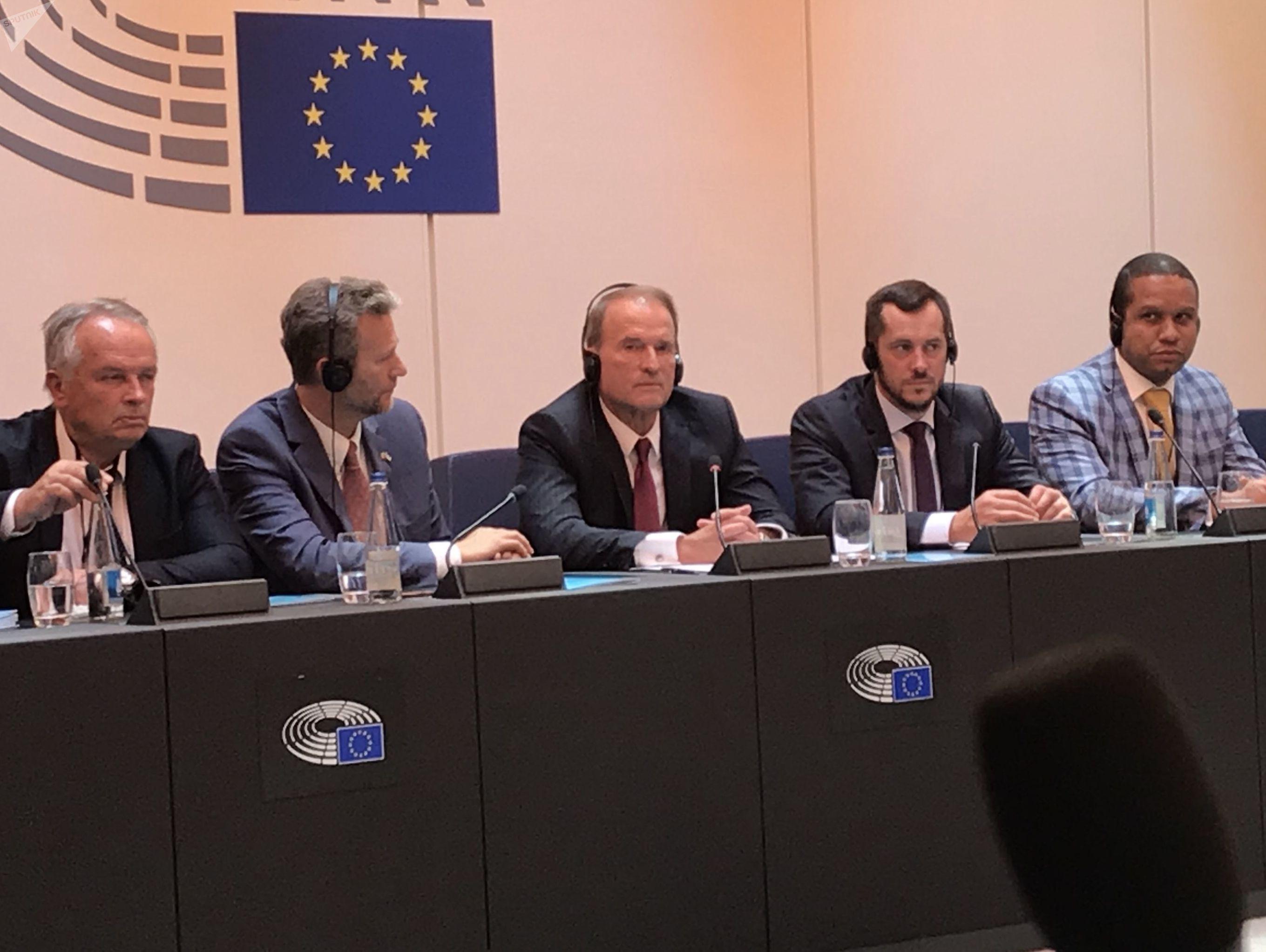Viktor Medvedchouk, le chef de file du parti d'opposition Le Choix de l'Ukraine (centre). A droite, le député Nicolas Bay (RN), instigateur de la conférence.