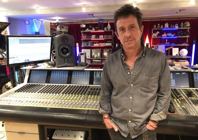Éric Serra dans son studio
