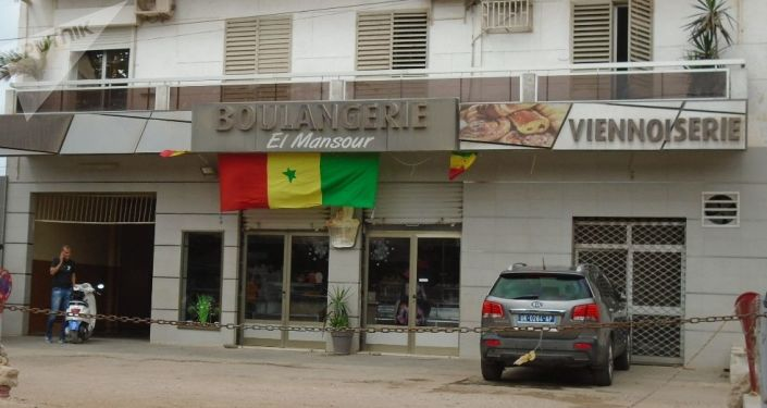 Devanture d'une boulangerie à Dakar, le vendredi 19 juillet 2019, avant le coup d'envoi du match Sénégal-Algérie, finale de la CAN.