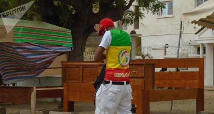 Un Dakarois vêtu aux couleurs du Sénégal, le vendredi 19 juillet 2019, avant le coup d'envoi du match Sénégal-Algérie, finale de la CAN.