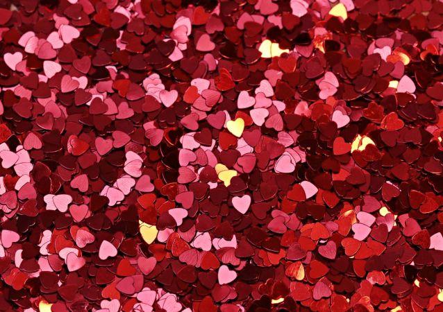 Confettis en forme de coeurs (image d'illustration)