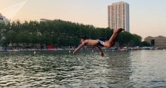Des gens nagent pour se rafraîchir dans le canal de l'Ourcq pendant la canicule