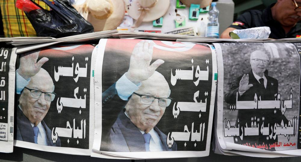 Des journaux locaux présentant une photo du Président tunisien Beji Caïd Essebsi à Tunis, en Tunisie, le 26 juillet 2019.