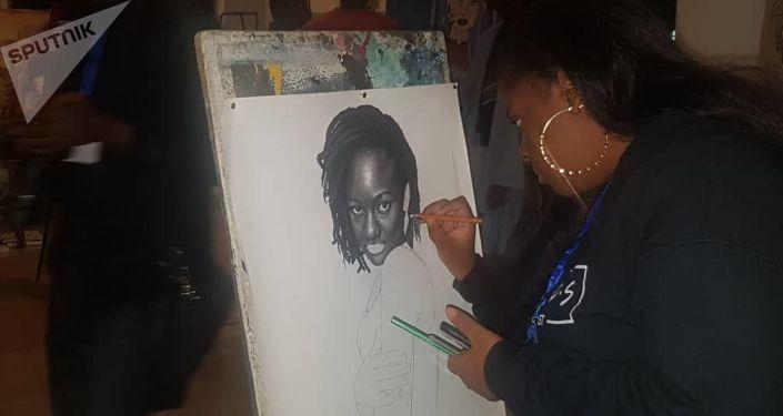La portraitiste Nielle Assa Ouattara, 17 ans, en pleine démonstration