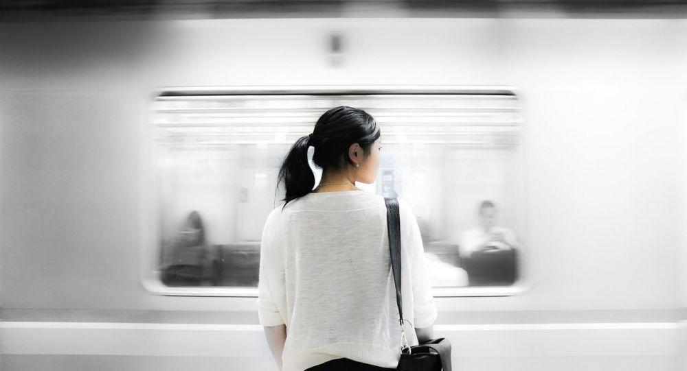 Une femme dans le métro, image d'illustration
