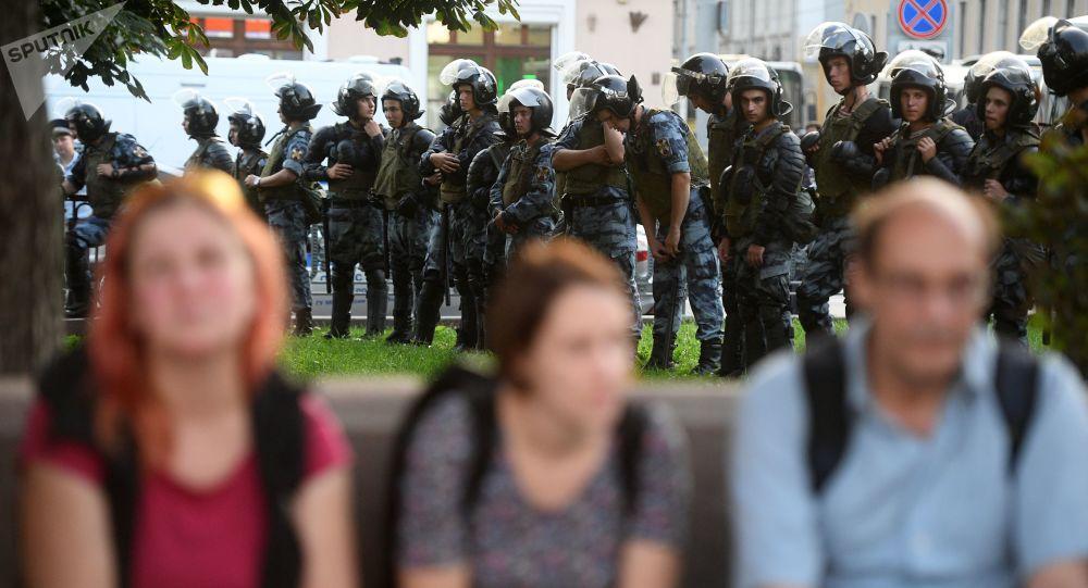 Les policiers surveillent une action non autorisée à Moscou  contre le rejet d'une soixantaine de candidatures aux élections locales
