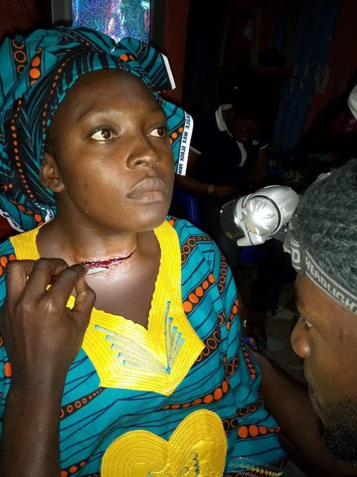 Le maquilleur Toussaint Kouamé à l'œuvre lors du tournage de «Invisibles»