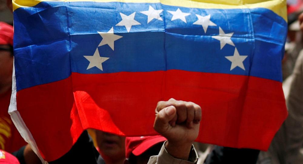 un drapeau vénézuelien brandi par des supporteurs de Nicolas Maduro