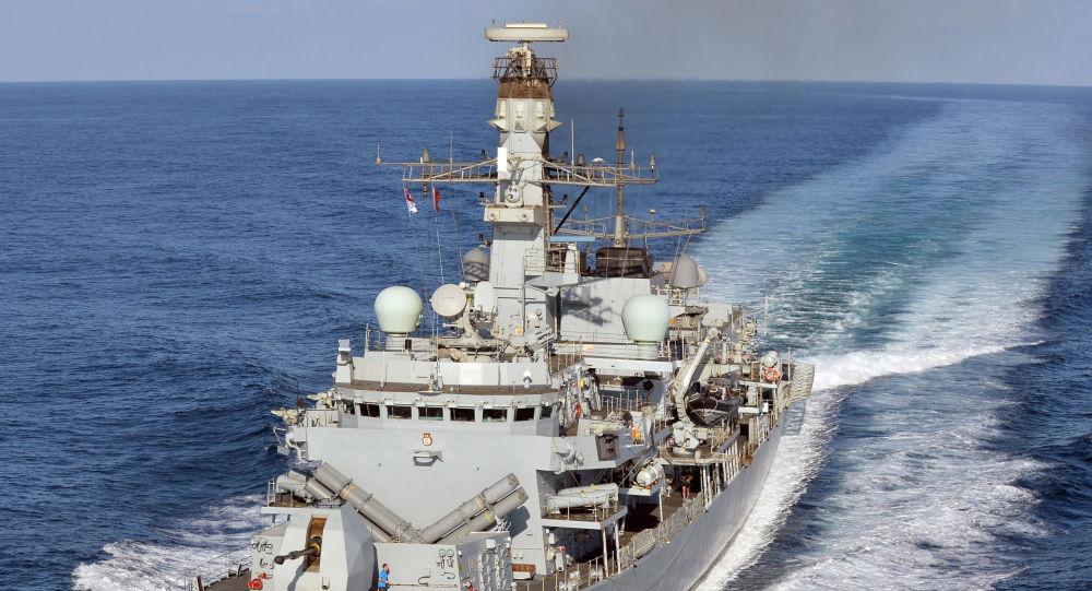 Le navire de guerre britannique HMS Kent se dirige vers le golfe Persique