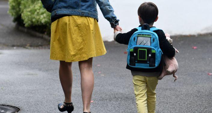 un garçon va à l'école, image d'illustration