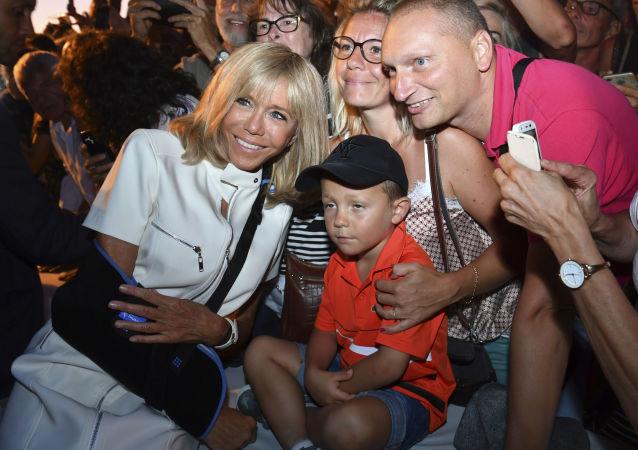 Victime d'une chute, Brigitte Macron apparaît en public le bras en écharpe à Bormes-les-Mimosas