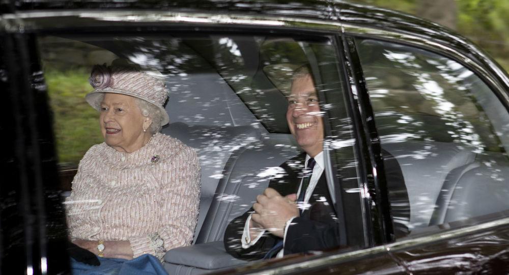 La reine Élisabeth II avec son fils, prince Andrew