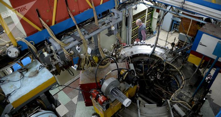 Сотрудник научного центра во время технических работ на коллайдере ВЭПП-3 в Институте ядерной физики имени Г.И. Будкера в Новосибирске.