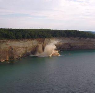 Des kayakistes évitent de peu l'effondrement d'une falaise