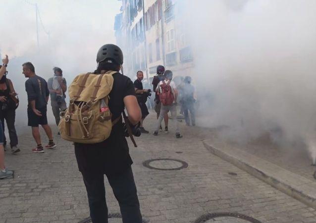 La police fait usage de gaz lacrymogène et de canons à eau contre des manifestants près de Biarritz, le 24 août 2019