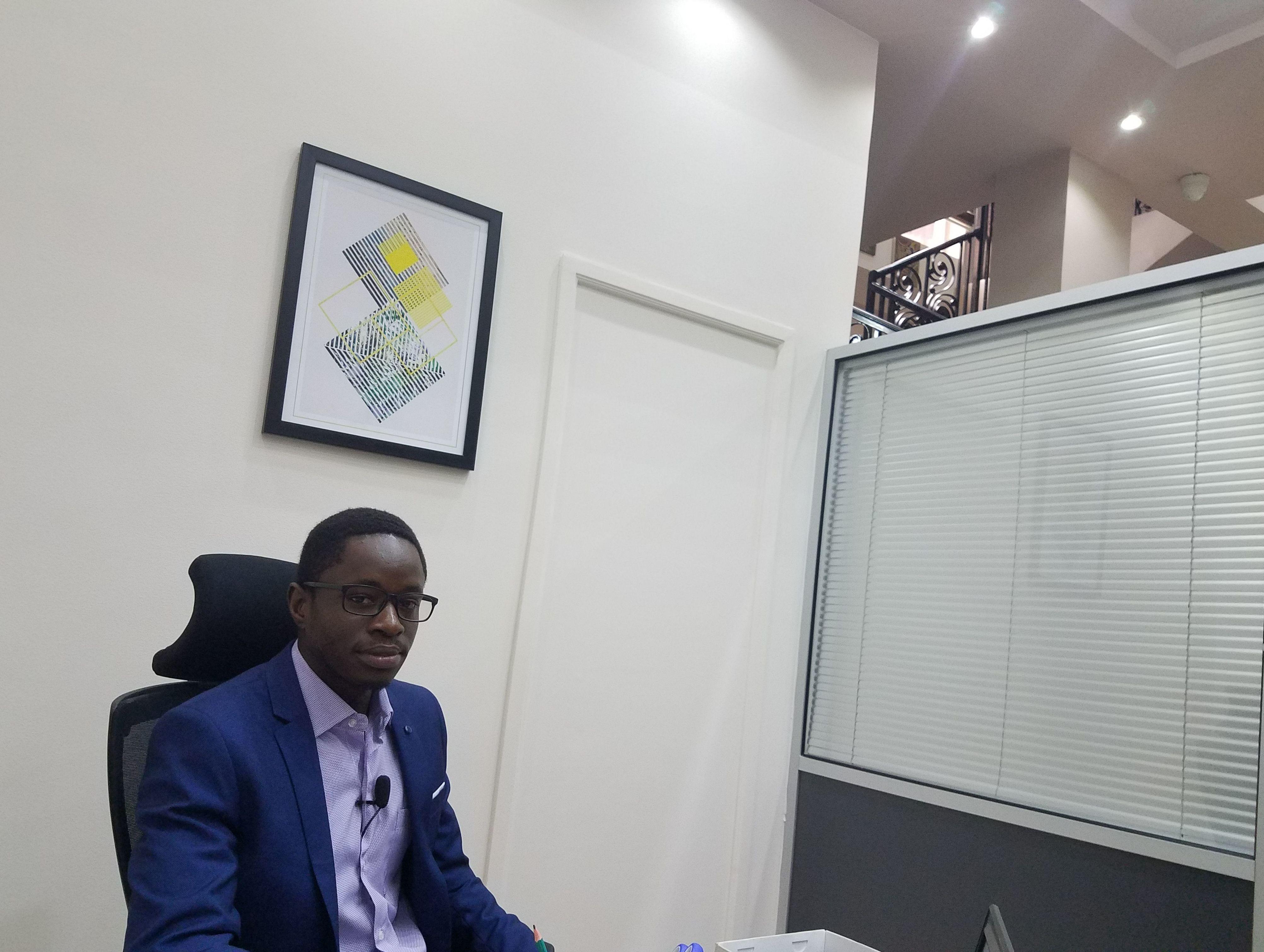 Franck Verzefé dans les bureaux de son entreprise True-spec Africa