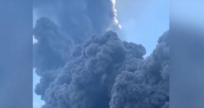Un navire fuit un «tsunami» de cendres causé par l'éruption du volcan Stromboli