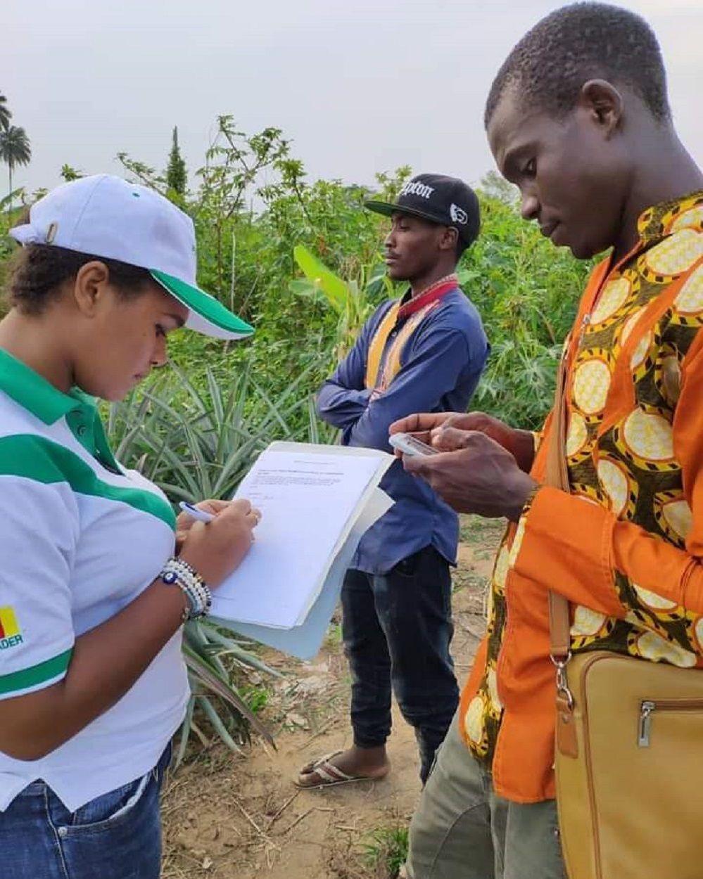 Nourane Foster à la rencontre des agriculteurs dans leur plantation
